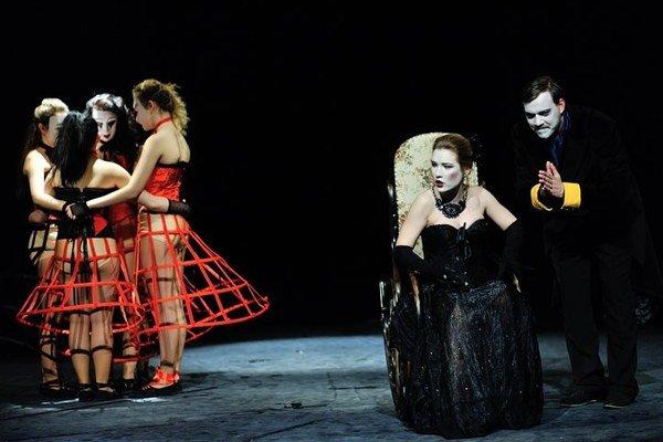 Bratislavská Malá scéna sa zaujímavo pohrala s ruským klasikom Lermontovom.