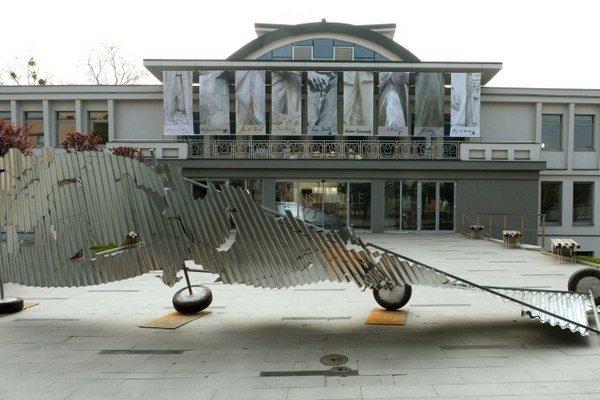 V popredí pred košickou Kunsthalle je dielo Michala Moravčíka s názvom Möbiova páska.
