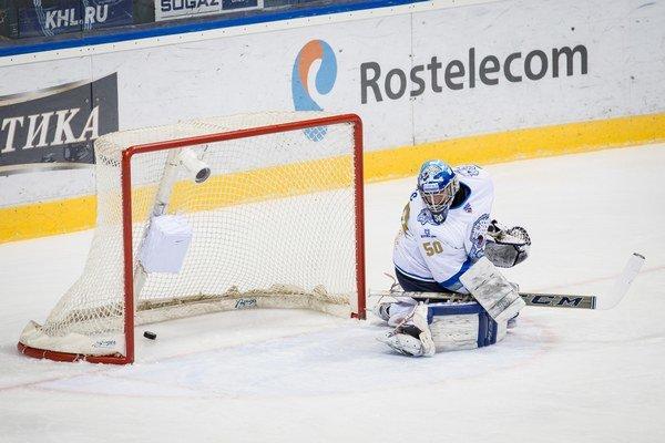 Laco nedokázal kryť len jeden puk z hokejky Fína Hietanena.