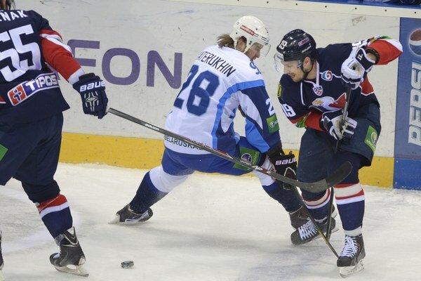 Dva góly Dinama Minsk strelil v Čerepovci Alexander Materuchin (v strede).