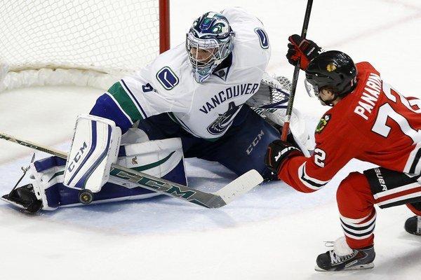 Domáci Panarin z Chicaga Blackhawks sa snaží prekonať gólmana Ryana Millera z Vancouveru Canucks.