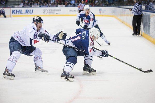 Jevgenij Mozer (vpravo) sa snaží uniknúť brániacemu Michalovi Sersenovi.