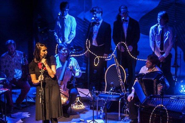 Úspešnú popovú kariéru zanechala už dávnejšie, po albume Krajina rovina (2009) prekvapila druhýkrát. Aj tým, že namiesto sprievodnej skupiny nahrávala a na turné sa predstavila so 14-členným orchestrom.