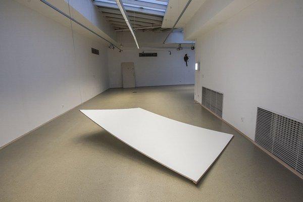 Visiaca galerijná stena na výstave Stana Masára v Dome umenia. Kurátorkou výstavy je Nina Vrbanová, potrvá do 9. januára. Vychádza k nej aj katalóg, sumarizujúci Masárovu tvorbu od roku 2000.