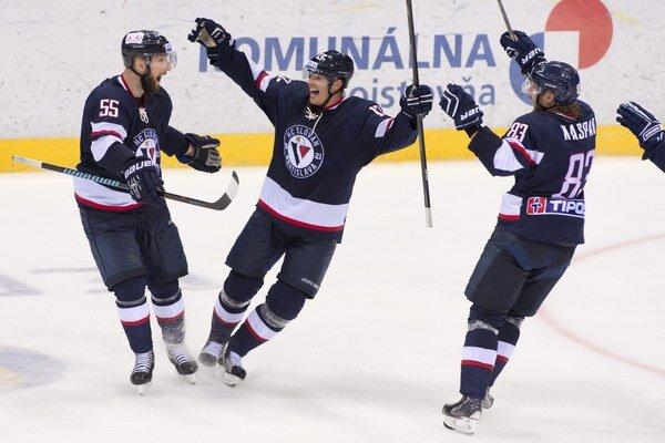 Bratislavčania získali na ľade miestneho Traktora dôležité dva body.