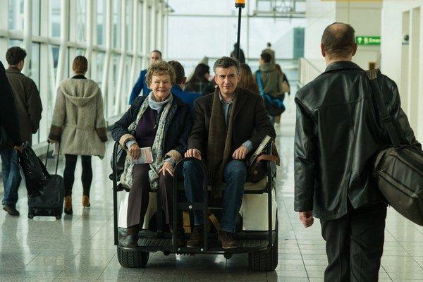Judi Dench a Steven Coogan v smutnej komédii Philomena.  Film Stephena Frearsa získal pri premiére na festivale v  Benátkach niekoľko  cien a na festivale v Toronte skončil v hlasovaní divákov na 2. mieste.