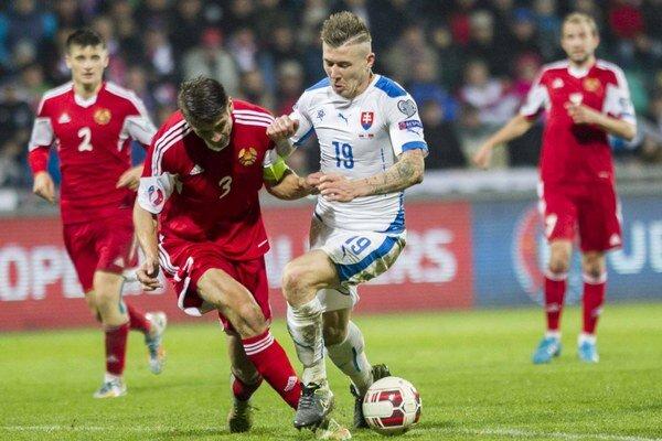 Juraj Kucka (v bielom drese) v zápase proti Bielorusku.