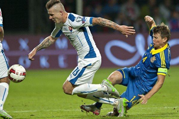Ukrajinci nastúpili v kvalifikácii aj proti Slovensku. Doma prehrali 0:1, na Slovensku remizovali 0:0. Na snímke vľavo Juraj Kucka (Slovensko) a vpravo kapitán Ruslan Rotaň (Ukrajina)