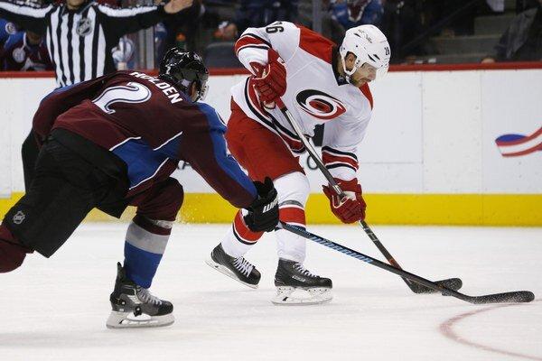 Hokejisti Caroliny Hurricanes (bielo-červená kombinácia) predviedli výborný defenzívny výkon a na víťazstvo nad Coloradom im stačil jeden gól.