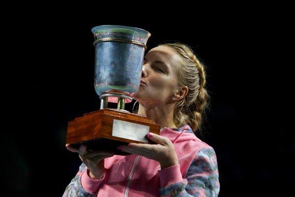 Svetlana Kuznecovová bozkáva víťaznú trofej.