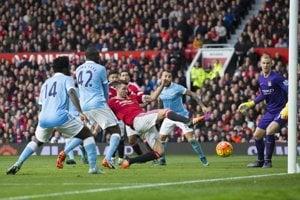 Hráč Manchestru United Morgan Schneiderlin sa snaží dosiahnuť na loptu pred bránou Joa Harta.