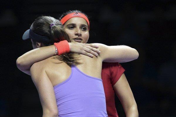Sania Mirzová (vpravo) sa objíma s Martinou Hingisovou po ďalšom víťazstve.