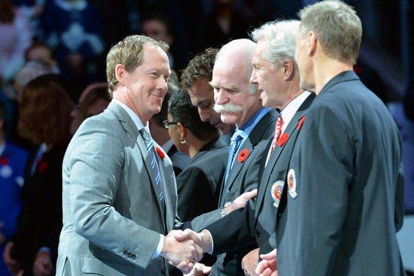 Phil Housley si podáva ruku so zástupcami Siene slávy NHL počas jednej z oficiálnych akcií pred uvedením nových členov do elitnej hokejovej spoločnosti.