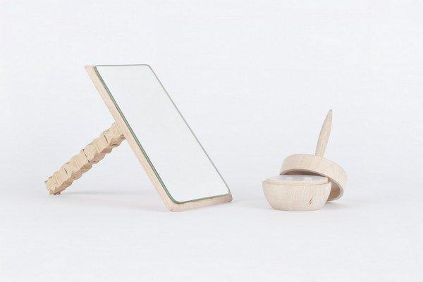 """""""Parádnica"""" - set dámskych predmetov inšpirovaný, v minulosti každodennou činnosťou, pradenia nití. Dizajn - Štefánia Sekanová."""