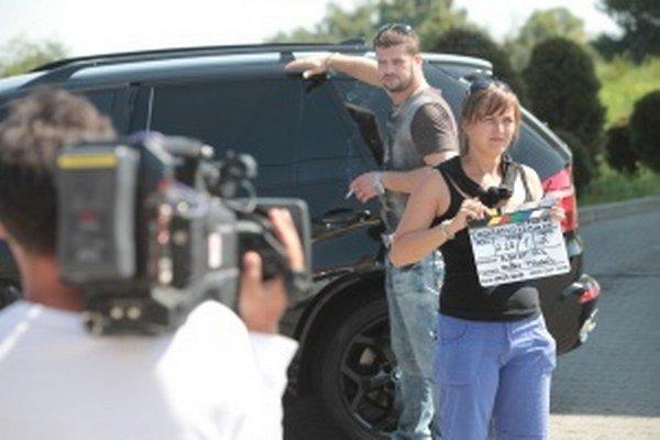 Filmový štáb zamenil ateliéry na Kolibe za exteriéry v obci Láb. Nakrúca tu seriál Dedičstvo.