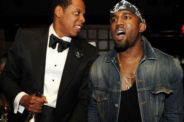 Jay Z (vľavo) a Kanye West. S vekom pribúdajú kontrasty: úplne iná hudba, obaly albumov aj oblečenie.