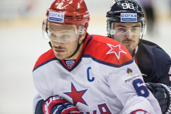 V Bratislave ratovali hráči armádneho klubu aspoň remízu v samom závere. Na snímke súboj Denisova so Skokanom.