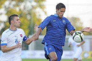 Hviezdny súper- Kiss (vľavo) v drese slovenskej reprezentácie do 21 rokov proti Francúzovi Raphaelovi Varanemu.
