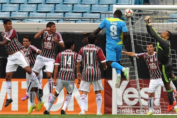 Hráči Fluminense sa prizerajú hlavičkujúcemu súperovi. Slávny klub z Brazílie sa rozhodol nadviazať spoluprácu so Šamorínom.