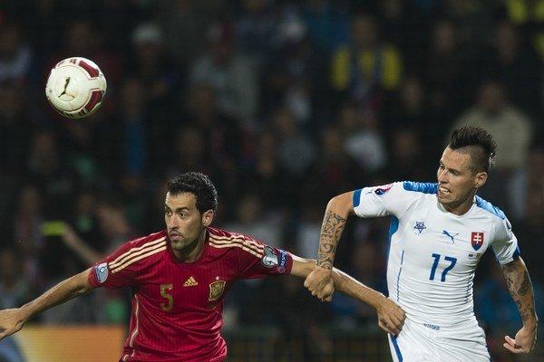 V prvom vzájomnom dueli vyhralo Slovensko 2:1. Na snímke Sergio Busquets (vľavo) s Marekom Hamšíkom.