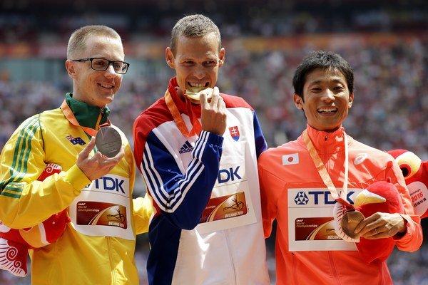 Matej Tóth ako prvý Slovák na MS vystúpil na najvyšší stupienok - vedľa neho stojí vľavo strieborný Austrálčan Jared Tallent, vpravo Japonec Takayuki Tanii.