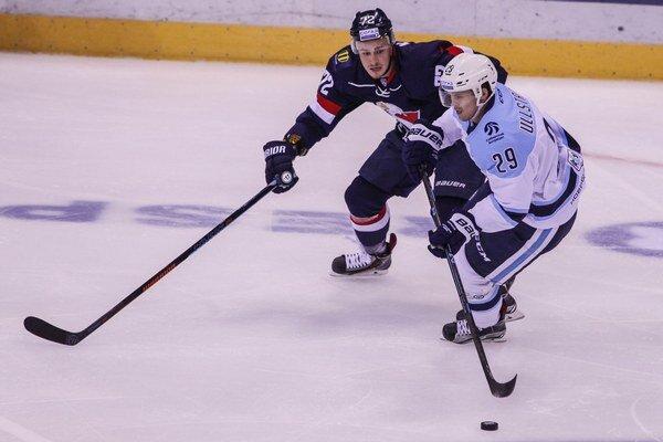 Hráč Slovana Lukáš Kozák (vľavo) sa pokúša odstaviť od puku Davida Ullströma z Novosibirsku.