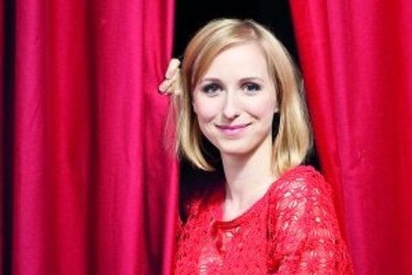 Réka Gombár Derzsi (29) - slovenská herečka maďarskej národnosti. Narodila sa v Rohovciach pri Šamoríne. Rok hrala v divadle v Budapešti, rok v Komárne a rok v Žiline. Teraz žije tretí rok v Prahe so svojím manželom, divadelným režisérom Dodom Gombárom. S