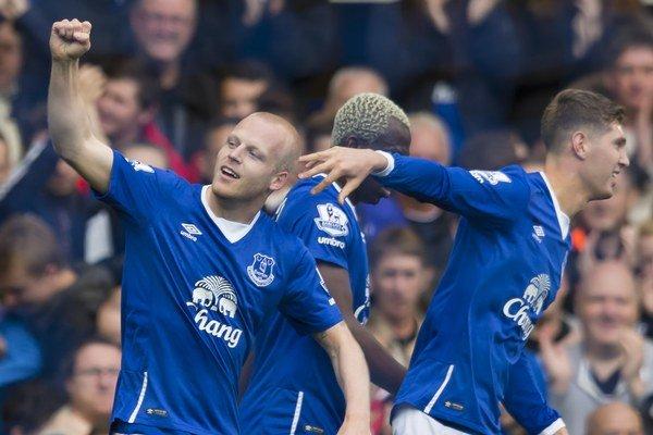 Útočník Evertonu Steven Naismith (vľavo) strelil proti Chelsea Londýn hetrik.