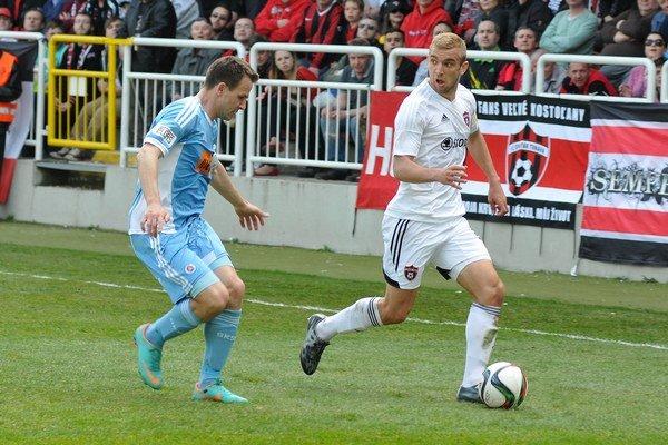 Martin Dobrotka sa v zápase Slovana Bratislava proti Spartaku Trnavu pokúša zabrániť Marekovi Hlinkovi odcentrovať loptu do pokutového územia.