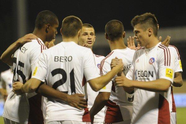 Futbalisti AS Trenčín zostanú aj po jedenástom kole na čele Fortuna ligy.