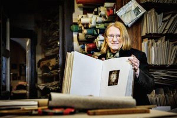 Lida Mlichová sa svojmu remeslu naučila od otca Jána Vrtílka, ktorý patril medzi špičku knihárov v Československu. Dielňa Lidy Mlichovej existuje od roku 1990 v Žiline.