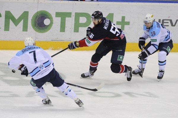 Vladimír Mihálik (uprostred) odohral v kariére aj 15 zápasov v zámorskej NHL.