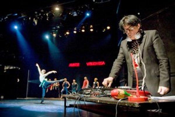 Laco Lučenič sa pohráva s hudbou Queen, kým tanečníci súperia o rolu Freddieho Mercuryho.