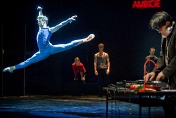 Počas predstavenia je na pódiu s tanečníkmi Laco Lučenič, ktorý sa rôzne pohráva s hudbou Queen.