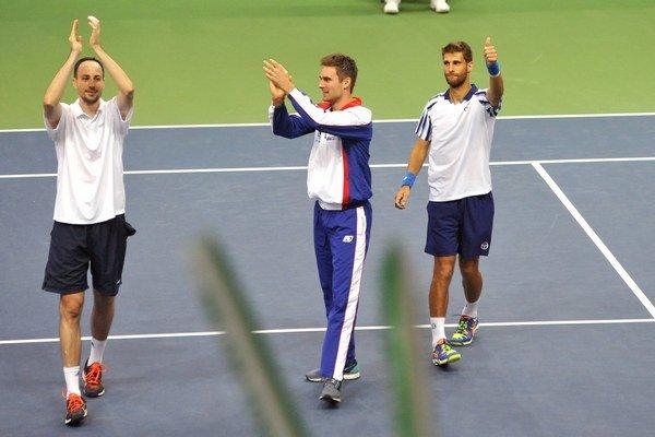 Takto sa tešili naši tenisti v marci po výhre nad Slovinskom. Zopakujú si oslavy aj dnes na rumunskej pôde?