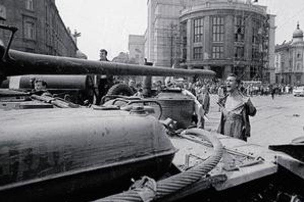 Sovietske tanky v centre Bratislavy. Fotografia Ladislava Bielika sa v auguste 1968 stala svetoznámou.
