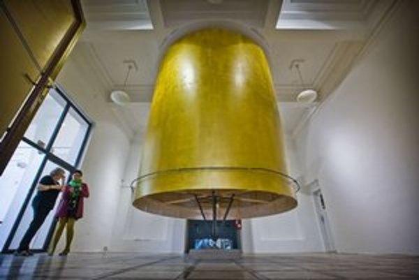 Tomáš Džadoň vytvoril inštaláciu rozmerného točiaceho sa objektu, modlitebného valca, priamo vo vstupnej miestnosti. Ten, kto ho otáča, roztáča modlitbu, ktorá je uložená vo vnútri.