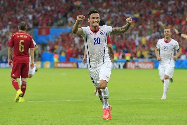 Aránguiz hral za Čilskú reprezentáciu na minuloročných MS aj na Copa América 2015.