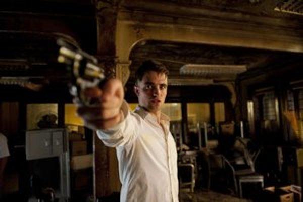 Robert Pattinson suverénne stvárňuje arogantného zbohatlíka v pasci.