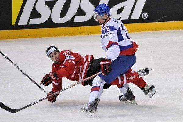 Kristián Kudroč hral za Slovensko na MS 2012. Na snímke s Kanaďanom Johnom Tavaresom.
