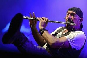 Ian Anderson (1947) je škótsky rockový hudobník, multiinštrumentalista, spevák, skladateľ a textár, zakladateľ a líder progresívnej rockovej skupiny Jethro Tull. Snímka je zo začiatku mesiaca z koncertu vo švajčiarskom Montreux.