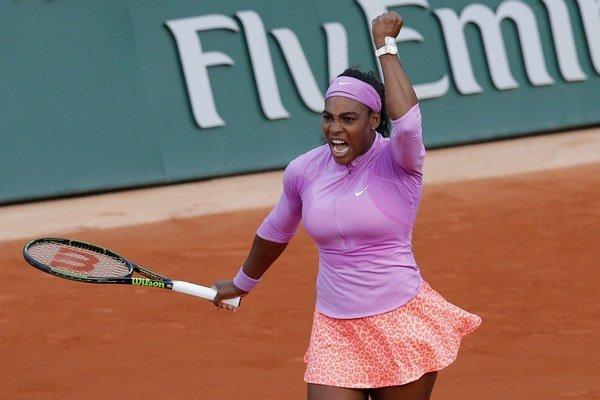 Serena Williamsová sa teší z víťazstva nad Viktoriou Azarenkovou.