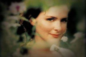 Po Björk a skupine Sigur Rós tretí výrazný export islandskej hudby do sveta. Emiliana Torrini (35) študovala operný spev, no   rozhodla sa robiť vlastné pesničky a urobila dobre. Jej albumy sa radia do akustického indiepopu.
