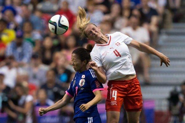 Hlavičkový súboj Japonky Yuki Ogimiovej (vľavo) a švajčiarskej hráčky Rachel Rinastovej.