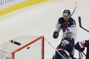 Adam Jánošík (s číslom 3) strelil v zápase proti USA svoj premiérový gól v drese Slovenska na MS.