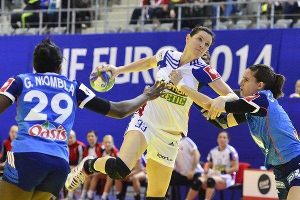 Martina Školková (uprostred) počas zápasu proti Francúzsku na lanských ME.