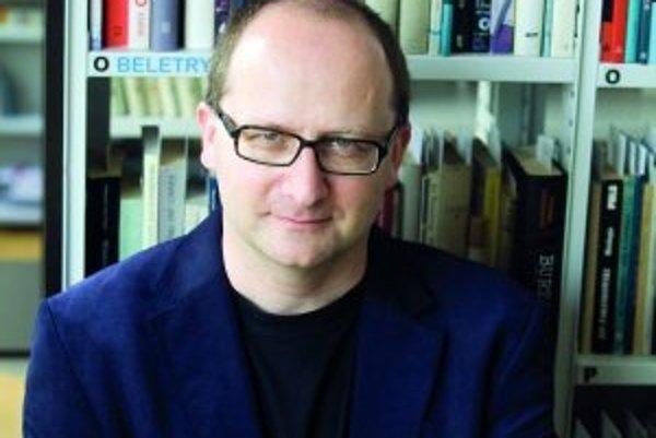 Tomasz Grabiński (1974) - Narodil sa vo Vroclave v Poľsku, vyštudoval slovakistiku na Jagellonskej univerzite v Krakove. Je aktivistom združenia Poľsko-česko-slovenská Solidarita. Pracoval ako novinár pre Gazetu Wyborczu a pre denník SME. Bol členom medzi