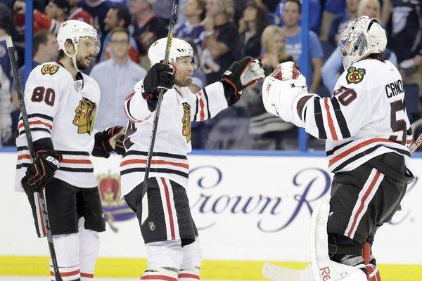 Hokejisti Chicaga Blackhawks sa tešia z triumfu v piatom zápase finále play-off NHL.
