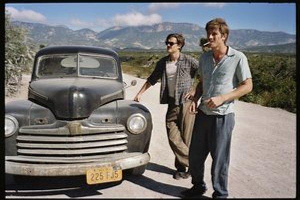 V Hollywoode sa šírila legenda, že v adaptácii románu chcel hrať sám Kerouac a za partnera chcel Marlona Branda. Hlavné postavy hrajú Sam Riley (vľavo) a Garrett Hedlund.