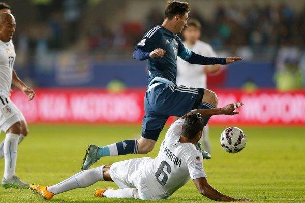 Messi sa snaží vyhnúť ležiacemu uruguajskému hráčovi.